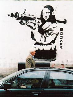 Guerra e grafite: Monalisa surge armada com bazuca em grafite de Banksy nas ruas de Londres. Veja mais em: http://semioticas1.blogspot.com.br/2012/11/banksy-guerra-e-grafite.html