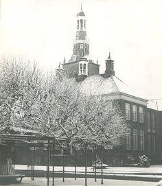 Etten-Leur, Markt, Protestantse kerk en Moeierboom, winter 1974 (±)