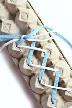 Activity to learn how to make laces. 15 Montessori Activities to Do at Home for Your Child& Development - Montessori Activities, Motor Activities, Educational Activities, Preschool Activities, Baby Activites, Writing Activities, Toddler Learning, Toddler Preschool, Early Learning