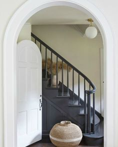 Leanne Ford painted this gorgeous staircase PPG Black Magic, while wals are PPG Sugar Soap, and trim is PPG Delicate White. Black Stair Railing, Black Stairs, Black Painted Stairs, Dark Staircase, Spiral Staircases, Design Entrée, House Design, Ford Interior, Interior Design