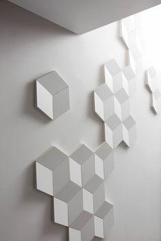 Las figuras geométricas Rombus de ORAC Decor tienen los ingredientes básicos para crear innumerables combinaciones, desde patrones con formas rígidas hasta interpretaciones divertidas con combinación de colores y/o texturas.
