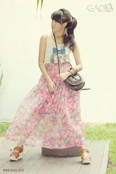 Wear your top with flowing maxi skirt to maximize your look. Don't forget to add bangles and sling bag. Stylish!