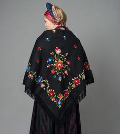 Stort brodert sjal til bunad fra Vest-Agder Norwegian Clothing, Scandinavian Embroidery, Folk Fashion, Different Patterns, Traditional Outfits, Norway, Shawl, Beautiful Pictures, Bell Sleeve Top