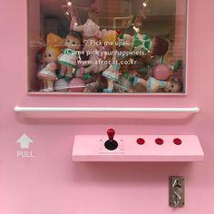 아, 귀여워 성수동 갔다가 지나가는 길에 핑크 인형 뽑기 문. 아인뽕이 보면 기절하겠다. 데리고 다시 가야지 #아프로캣