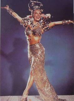 """Símbolo. Em cena do filme """"Copacabana"""", de 1947, brilha a atriz e cantora Carmen Miranda"""