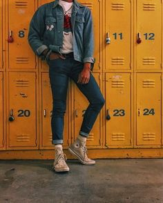 Blue denim on blue denim was an outfit many wore towards the end of the This style has been making a slight comeback in Fashion Male, 80s Fashion Men, Vintage Fashion, Fashion Trends, Korean Fashion, Fashion History, Mens Grunge Fashion, Black 90s Fashion, Early 90s Fashion