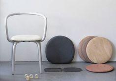 Nata per il Parrish Art Museum di Herzog & de Meuron (a Water Mill, New York), la Parrish Collection di Konstantin Grcic per Emeco entra ora in produzione. La struttura tubolare in alluminio riciclato, che delimita lo spazio intorno a chi si siede, può essere combinata con diverse sedute rendendo la famiglia di sedie estremamente flessibile. La versione in polipropilene è adatta all'esterno, così come il tavolo che fa parte della stessa collezione.