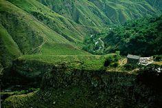 YannArthusBertrand2.org - Fond d écran gratuit à télécharger || Download free wallpaper - Temple de Garni surplombant les gorges de l'Azad, province du Kotaïk, Arménie (40°07' N - 44°44' E).