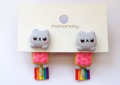 Cute Cat Nyan Neko Clinging Earrings by momomony on Etsy Polymer Clay Miniatures, Polymer Clay Projects, Polymer Clay Charms, Polymer Clay Art, Diy Clay, Polymer Clay Earrings, Clay Crafts, Fun Crafts, Kawaii Jewelry