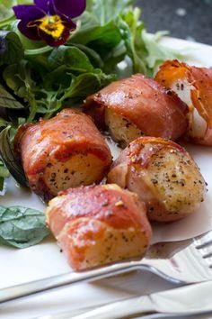 In de Spaanse keuken komen combinaties van vis en vlees vaak voor. Ook in... Soup Starter, Camping Meals, Pretzel Bites, Starters, Baked Potato, Ham, Sausage, Potatoes, Menu