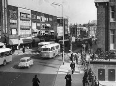 1955. Gezicht in de Potterstraat te Utrecht vanuit het westen, kort na de aanleg van het fietspad langs het hoofdpostkantoor (Neude 11).