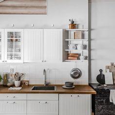 Vaalea ja valoisa hirsitalo - Etuovi.com Ideat & vinkit Cottage Renovation, Kitchenette, Kitchen Cabinets, House, Home Decor, Sea, Photos, Life, Decoration Home