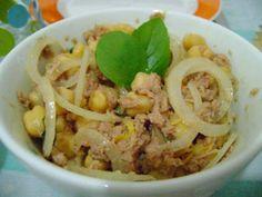 Salada de grão-de-bico/feijão branco com atum e manjericão