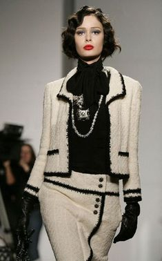 This really elegant and forever high-style Chanel ensemble is what - Fabulous! This really elegant and forever high-style Chanel ensemble is what … - Moda Fashion, Fashion Week, High Fashion, Fashion Looks, Womens Fashion, French Fashion, Fashion Fashion, Fashion Ideas, Fashion Beauty