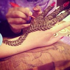 Simple & modern mehendi for back hand ... ..isn't it lvly ? ♡♥