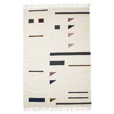 Het stijlvolle grote Kelim vloerkleed van Ferm Living is gemaakt van wol en katoen met een herkenbaar grafisch patroon in verschillende kleuren. Leg het kleed in de woon- of slaapkamer en combineer het met andere strakke textielproducten van Ferm Living om uw huis te decoreren! Keuze uit verschillende varianten.