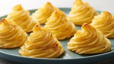 Duchess Potatoes These pretty potatoes are a cinch to make – and delicious, too, thanks to Parmesan cheese and butter.These pretty potatoes are a cinch to make – and delicious, too, thanks to Parmesan cheese and butter. Batata Duchesse, Duchess Potatoes, Cocina Natural, Side Recipes, Vegetable Dishes, Potato Recipes, Potato Dishes, Food To Make, Side Dishes
