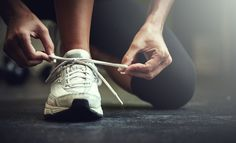 外出中に靴ひもが結んでも結んでも、やたらとほどけてしまうことはあります。右足の靴紐がほどけると、「両想い」なんていうジンクスもありますが、自転車に乗っているときや、自動車の運転中はとても困るので、ほどけにくい靴ひもの結び方を実践してみてはいかがでしょう。