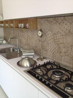 Cucina One 80 Ernestomeda con piastrelle effetto cementine Rewind Ragno Ceramiche www.magnicasa.it