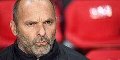 Le coach de Toulouse s'effondre après avoir été touché par... un avion en papier (VIDEO)