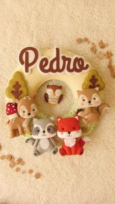 Com esse projeto você vai aprender a confeccionar um modelo de guilanda com opção de menino e menina para decoração de maternidade com técnicas em feltro e passo a passo em fotos. Felt Crafts Diy, Baby Crafts, Christmas Crafts, Christmas Ornaments, Bear Doll, Baby Art, Teddy Bear, Wreaths, Dolls