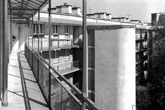 Stanisław Brukalski i Józef Szanajca zaprojektowali duży blok mieszkalny ZUS przy Mickiewicza 27. Miał lepszy standard i większe mieszkania od pobliskich bloków Warszawskiej Spółdzielni Mieszkaniowej. Jego charakterystycznym elementem sa galerie z klatkami schodowymi i wejściami do mieszkań. Na zdjęciu galerie wyglądają prawie tak jak przed wojną