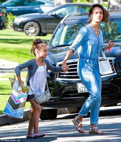 Mother dauighter duo: Alba held onto her daughter Honor's hand as they crossed the street with gifts Jessica Alba Casual, Jessica Alba Family, Jessica Alba Style, Casual Jumpsuit, Denim Jumpsuit, Glamorous Dresses, White Tank, Kids Fashion, Daughter
