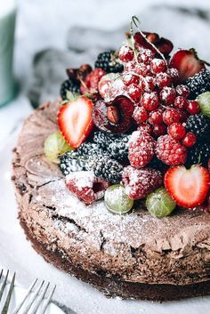 Chocolate Meringue Cake with Fresh Berries via Artful Desperado christmas pavlova Chocolate Meringue, Meringue Cake, Cake Chocolate, Chocolate Pavlova, Flourless Chocolate, Cheap Chocolate, Meringue Desserts, Decadent Chocolate, Chocolate Buttercream