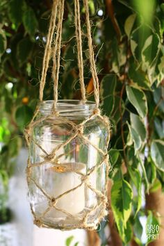 This DIY is a perfect outdoor decor. Lights make an outdoor space so cozy and inviting. These hanging candle holders are so simple to make. The only skill you need is tying a knot. Este DIY é uma d…