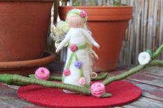 Rosenfee,Waldorfart, Fee, stehend von Jalda auf www.Dawanda.com/Shop/Jalda-Filz #DIY #Fee #Rosenfee #Rosen#Waldorfart