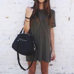Reprodução/ Pinterest - Quer começar a usar a peça mas se sente insegura? Então comece combinando-a a um vestido camiseta básico. O resultado é simples e descolado.