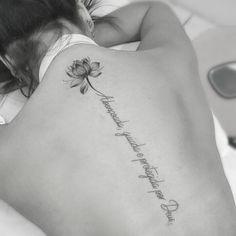 The post Tattoo feminina. appeared first on New Ideas. Girly Tattoos, Mini Tattoos, Floral Back Tattoos, 12 Tattoos, Ribbon Tattoos, Rose Tattoos, Unique Tattoos, Flower Tattoos, Body Art Tattoos