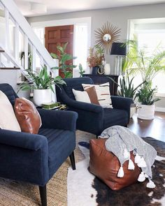 Living Room with navy chairs, leather pouf, and plants Grey And Brown Living Room, Cute Living Room, Blue Living Room Decor, Living Room Chairs, Living Area, Home And Living, Blue Leather Couch, Leather Pouf, Family Room