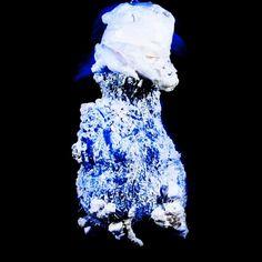 """Dead King. Aus der Serie """"Naked News"""" 2014 Rotierende Skulptur aus Glas Kopf, PU Schaum, Schwarz Licht und Projection Mapping aus der Serie """"Pathfinder"""" Skulptur, Objekt, Video, Installation, Fotografie Markus Wintersberger 2014 #projectionmapping #rotation #skulpturinbewegung #austria #wien #markuswintersberger #medienwerkstatt006 #deadking #nakednews #pathfinder #blinderfleck"""