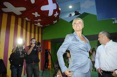 Xuxa faz selfies em inauguração de nova Casa X
