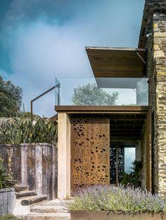 Uma casa de pedra em meio à natureza