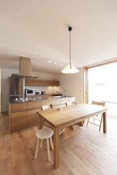 テラスリビングに集う家 Modern Kitchen Renovation, Modern Kitchen Cabinets, Kitchen Dinning, Wooden Kitchen, Modern Kitchen Design, Kitchen Flooring, Kitchen Interior, Kitchen Views, Simple Interior