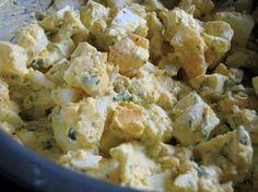 Tojás saláta:  10-12 kemény főtt tojás - kockára vágva 3-4 evőkanál házi majonéz 1/4 hagyma, kockázva 1/2 teáskanál szárított kapor zöldfűszeres fűszerkeverék só (vagy tengeri só), bors, ízlés szerint továbbá: morzsolt feta sajt, vagy más lágy sajt, szeletelt olajbogyó.  Kíváló szendvicskrém!