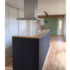ついに室内の養生が外れてましたー❤️クリーニングは明日だし、まだ階段手すりつけたりとか細々したところは出来てませんけどね 一階床は無垢にしたんですがオークの木目が好きすぎる❤️❤️ LDKの突き当たりの緑の石膏ボード丸見えのところはブリックタイルはります!早く完成した姿がみたい 4枚目の1階トイレはタオルハンガー、#ペーパーホルダー ともに#kawajun のものにしたんですが、タオルハンガーが置いてあるけどナゼかまだ付いていない 要確認⚠️ 5枚目は脱衣所です✨左側が可動棚の収納スペースになります❤️ あー早く住みたいー笑笑 #カウンターのダンボール何笑 #だいたい興奮してその時は気づかない #新築#LDK#アイランドキッチン#カウンターキッチン#Panasonic#ラクシーナ#ヴィンテージメタル#スリムセンサー水栓#センターフード#無垢床#無垢#オーク#無垢フローリング#ペンダントライト#タンクレス#タンクレストイレ#toto#タイル調クロス#階段下トイレ #脱衣所#脱衣室#サブウェイタイル#サブウェイタイル風