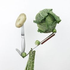 НАИВНО ДУМАТЬ ЧТО ВЕГЕТАРИАНЦЫ ПОМОГАЮТ ПЛАНЕТЕ  Экс-журналист и глава фермерского кооператива LavkaLavka объясняет что означает фраза ответственное потребление применительно к еде.  Современная система ретейла устроена так что производителю то есть фермеру предъявляются жесткие требования не только по качеству и сроку годности продукта но и по виду  хотя за гламурным блеском помидоров и круглыми клубнями картофеля скрывается использование опасных аграрных технологий которые например убивают…
