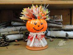 < Tutorial > Un dovleac deghizat in sperietoare de ciori? :) De ce nu? E deja mijlocul toamnei, vremea se raceste si frunzele se coloreaza treptat; se apropie si halloween-ul...  Iti aratam varianta noastra de decoratiune cu dovleac de plastic, care e foarte usor de realizat.