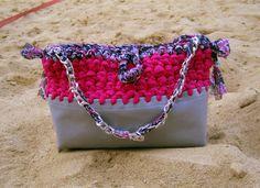 L'accostamento dei materiali e colori grigio/fucsia rendono questa borsa una 'Prêt à porter'! The combination of materials and colors gray / fuchsia make this bag a 'Prêt à porter'