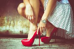 ハイヒールは歩幅を平均1.24mから1.20mに縮め、歩き方をより機敏なものにする(1分あたりの歩数は106歩から110歩に増える)。そしてさらに、腰の回転を3.06度から4.16度に増やす。    実際、性科学者たちは、女性の腰の回転が、排卵のサイクルによって(つまり受精能力によって)変化することを証明している。回転がより大きいことは、霊長類たるわれわれの脳にとって、より大きな性的欲望の対象であることを意味する。 ヒールが高ければ高いほど、男性にとってセクシーさは際立つことだろう。そして、ときにそれは男たちを欺くことだろう。なぜなら、わたしたちはそう信じるようにつくられているからだ。