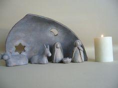 Crèche de Noël stylisée en terre cuite patinée
