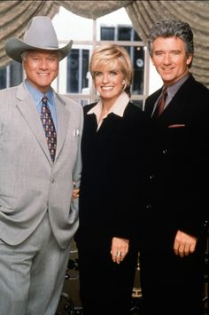 Larry Hagman, Linda Gray et Patrick Duffy - Dallas - photo Serie Dallas, Dallas Series, Dallas Tnt, Dallas Tv Show, Series Movies, Tv Series, Patrick Duffy, Larry Hagman, Linda Gray