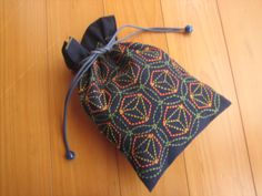 Sashiko stitching on a drawstring bag Sashiko Embroidery, Japanese Embroidery, Hand Embroidery Designs, Embroidery Patterns, Japanese Textiles, Japanese Fabric, Boro, Cultural Crafts, Kantha Stitch