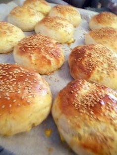 La meilleure recette de Pains hamburgers Thermomix! L'essayer, c'est l'adopter! 5.0/5 (1 vote), 4 Commentaires. Ingrédients: 270 g lait 50 g beurre 40 g sucre 1 cac sel 1 oeuf 500 g farine graines de sésame 20 g levure fraîche 1 jaune d'œuf mélangé a 1 cas d'eau pour la dorure