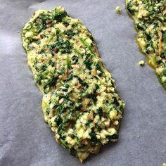 Grøntsagssandwiches lavet på æg og kerner.  2 hele sandwichbrød/4 bunde: ▪️2 æg ▪1-2 spsk hørfrø ▪1-2 spsk ️solsikkekerner ▪150-200g grøntsager (her 4 kugler optøet spinat og 100g finthakket rodselleri) ▪️1 tsk salt ▪️evt oregano.  Rør ingredienserne sammen og lad dejen stå 5-10 minutter indtil hørfrøene har suget lidt væske. Form herefter 4 bunde med en ske, på en bageplade beklædt med bagepapir. Bages på varmluft ved 200grader i 15 minutter.