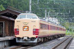 作並駅を発車する、国鉄特急色485系車両。この後、多くの鉄道ファンに見守られながら、ラストラン走行を仙台駅で終えた