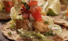 Os tacos de peixe de Chuck Hughes são uma deliciosa combinação de peixe crocante empanado na cerveja, creme de abacate picante com limão e pico de gallo.